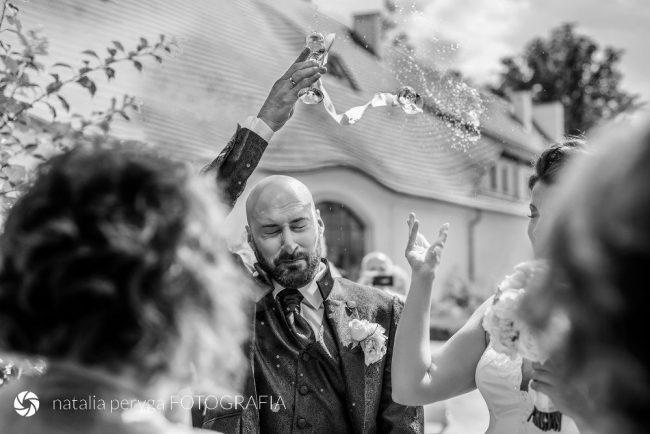 Sesja ślubna, rzucanie kieliszkami, Wojanów, Natalia Peryga FOTOGRAFIA
