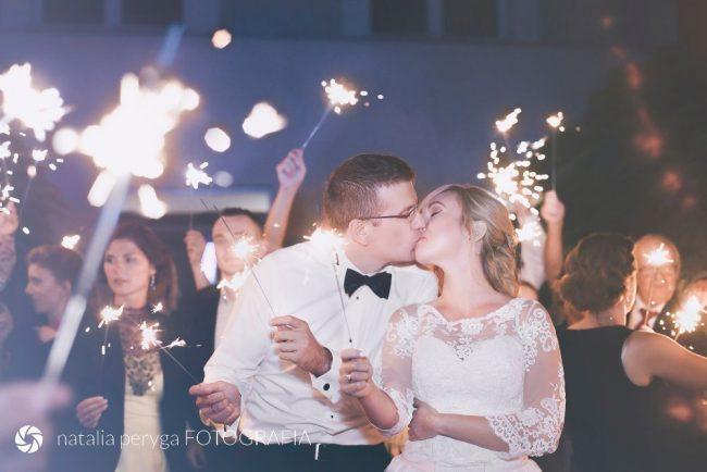 Sztuczne ognie podczas wesela, para młoda, Natalia Peryga FOTOGRAFIA
